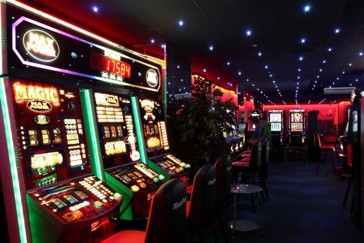 Игровой клуб и автоматы и казино карты игра в пасьянс паук коврик скорпион играть бесплатно
